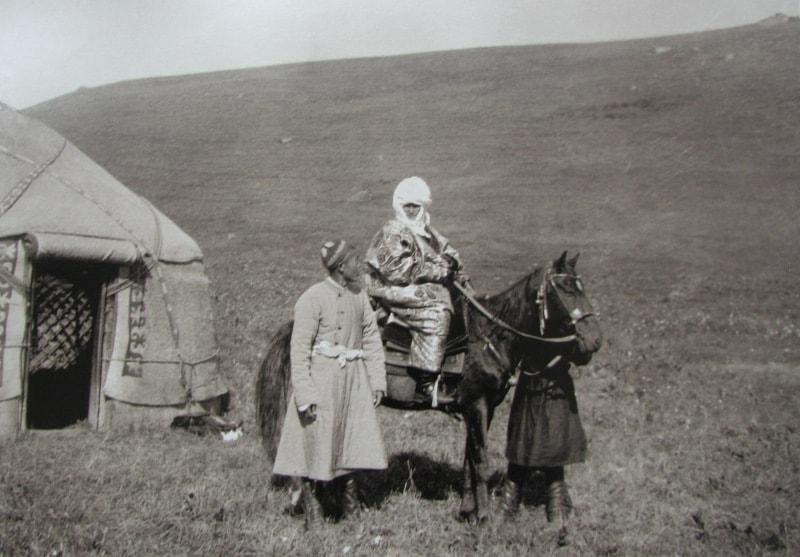Курманжан датка на лошади. Фотография Карла Густава Маннергейма.
