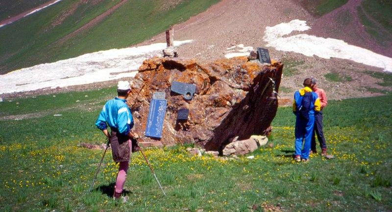 Камень Памяти на Поляне эдельвейсов в урочище Ачик-Таш. 1993 год.