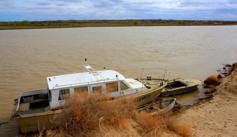 Реки Центральной Азии. Катер рыбохраны. Река Сырдарья. Кызылординская область.