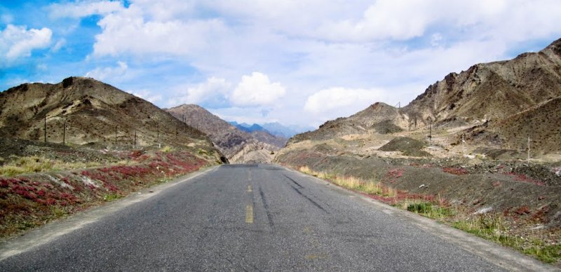 Дорога на китайской стороне перевала.