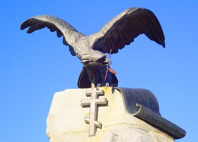Остаток лавровой ветви в клюве орла.