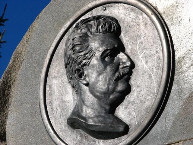 Барельеф Пржевальского на памятнике путешественнику.