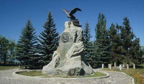 Памятник Пржевальскому на мемориальном комплексе Пржевальскому, недалеко от города Каракол.