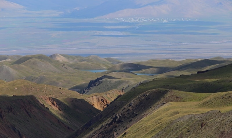 Вид на Алайскую долину из урочища Ачикташ. Поселок Дараут-Курган.