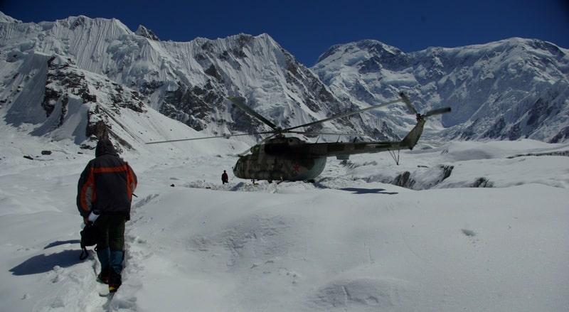 Тропинка к вертолетной площадке на леднике Южный Иныльчек.