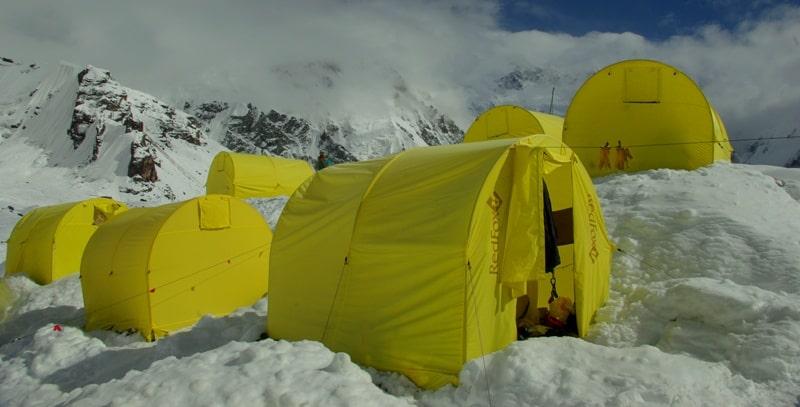Палатки базового лагеря Южный Иныльчек.
