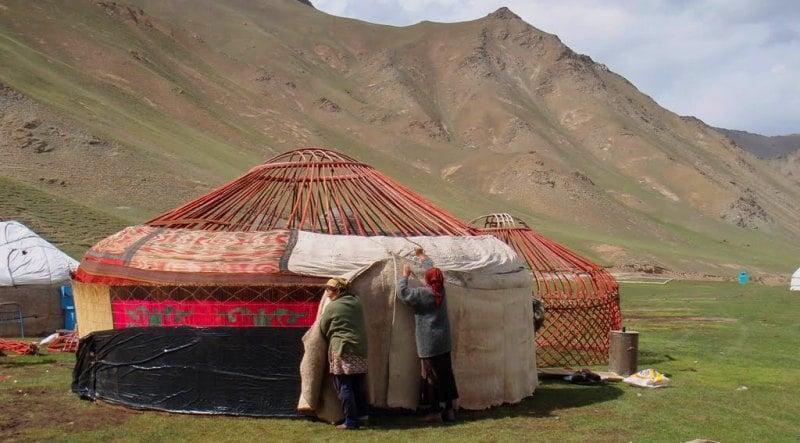 Установка юрты кыргызскими кочевниками.