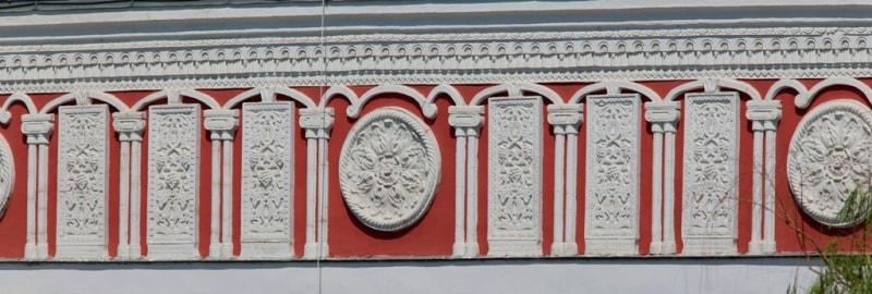 Фрески на фасаде здания базара.