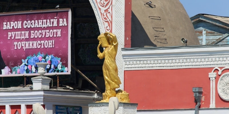 Statue of the woman-dekhanka from the right party from a front entrance on a market.
