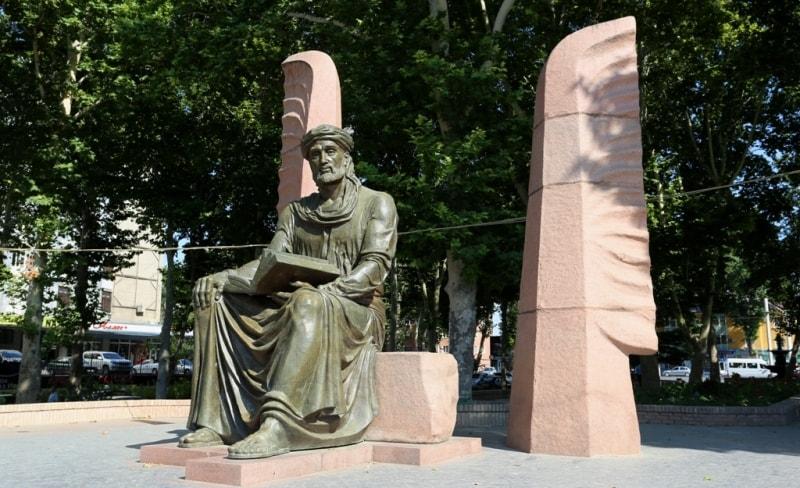Памятник Камолу Худжанди в центре города.