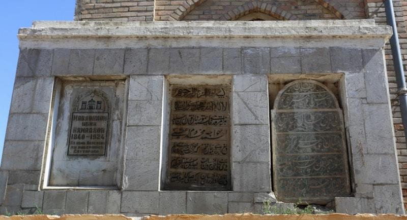 Старинные захоронения у стены мавзолея Шейха Муслехиддина.