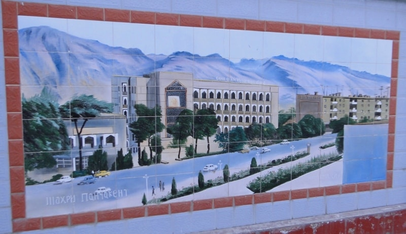 Картинная галерея на заборе цементного завода в Душанбе, здесь изображены основные события истории Таджикистана, портреты выдающихся и исторических личностей.