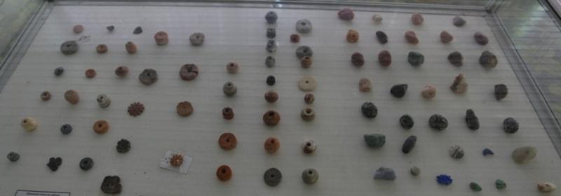 Каменные и керамические пуговицы и навершие булав.