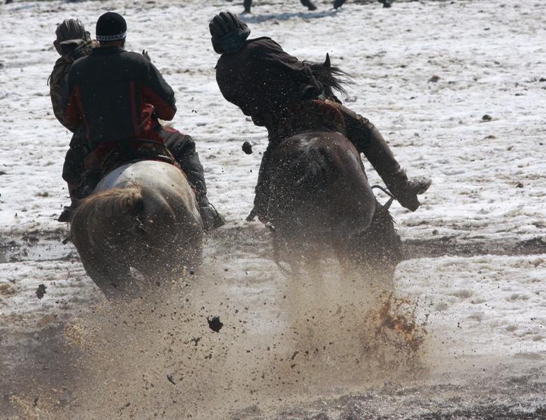 Самое главное в борьбе бузкаши не первым поднять козла и не доставить к контрольному месту, самое главное удержаться в седле.
