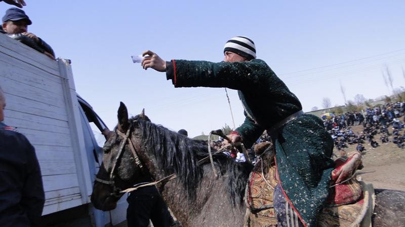Победители сами приезжают на лошадях с талончиками к заветному кузову автомашины, откуда на протянутый талон выдается завоеванный приз.