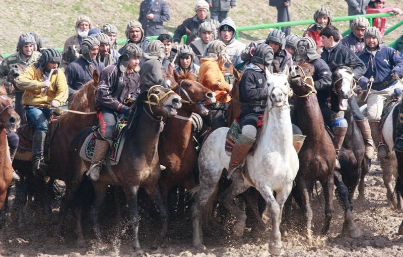 А вот и я на белом коне! С давних времен национальные игры и соревнования были любимым увлечением народов Центральной Азии, без них не обходился ни один праздник.