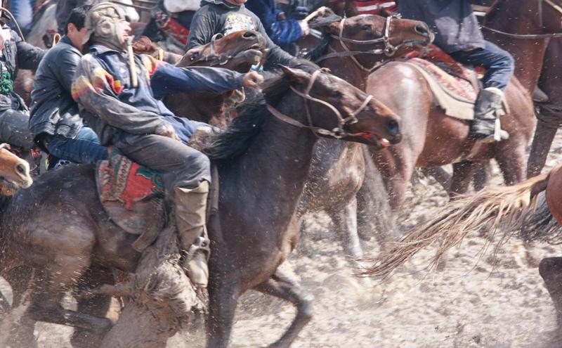 Наездникам не раз¬решается скакать в сторону зрителей, а последним ¬подавать им с земли тушу козла.