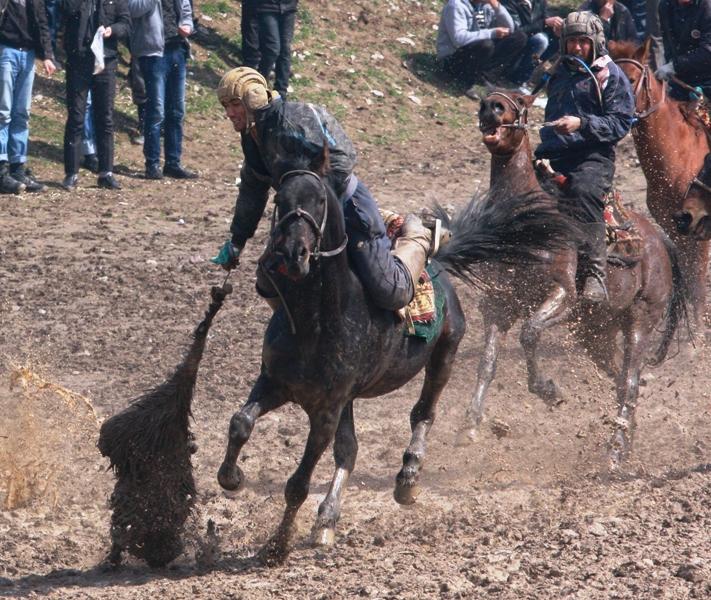 Сейчас будет бросок козлом в контрольную точку. В Гиссаре было примерное место куда необходимо было доставить козла, какого-то специального места не было.