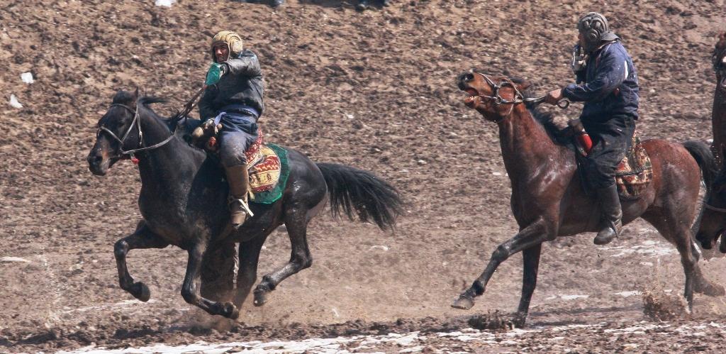 Бузкаши  - таджикский вариант игры - обычно проводится на возвышенности.