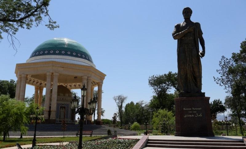 Памятник Камилу Хучанди в городском парке в городе Худжанд.