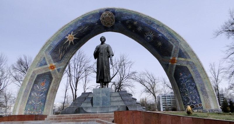 Памятник Рудаки в Душанбе.