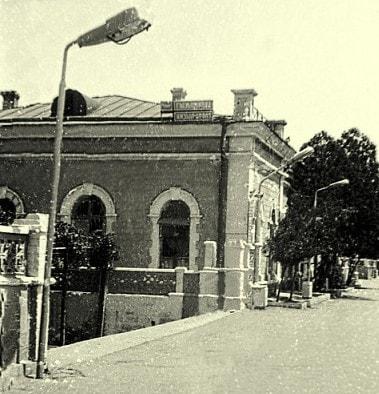 Железнодорожный вокзал в городе Кызыл-Арват. 1986 год.
