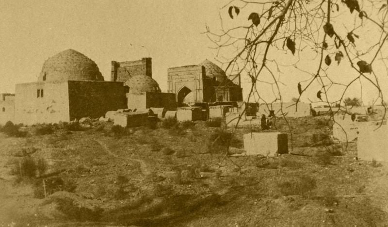 Ансамбль мавзолеев Наджм-ад-дина Кубры расположен на мусульманском кладбище, разросшемся за многие столетия вокруг древних погребальных сооружений в Куня-Ургенче. Фотография 1948 года, XX века.