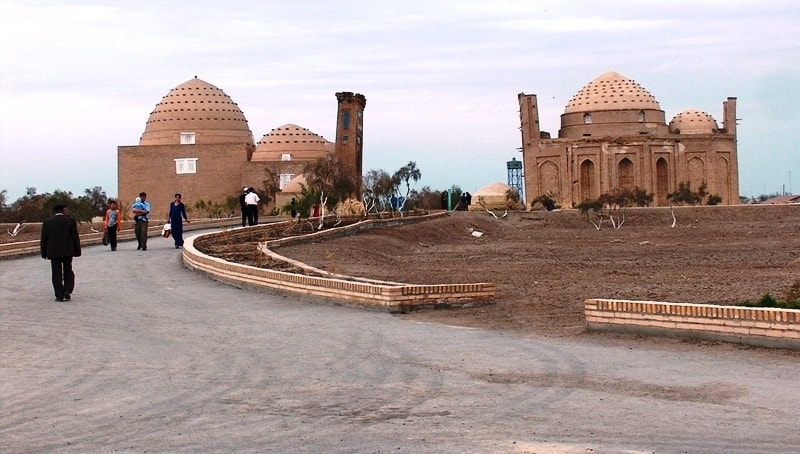 Мавзолей Султан Али (VI века) находится напротив мавзолея Наджметдина ал Кубра. Два мавзолея образуют единый ансамбль Кош.