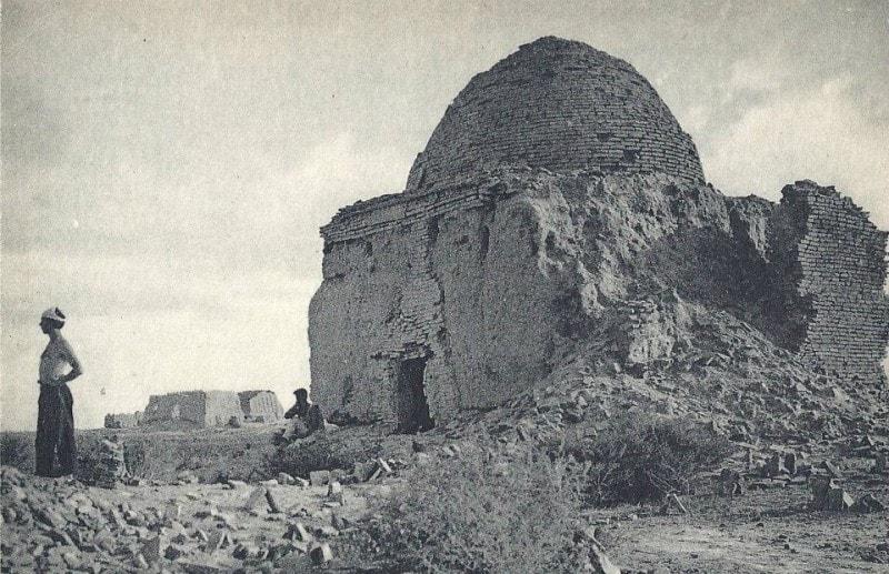 На фоне мавзолея, слева видна крепость Большая Гыз кала.