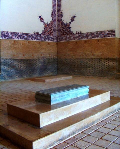 Надгробие в мавзолее Султана Санджар. Апрель 2008 года.