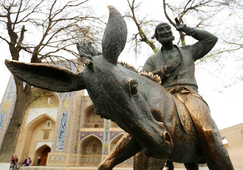 Памятник Ходжа Насреддину недалеко от Ляби-Хауза.