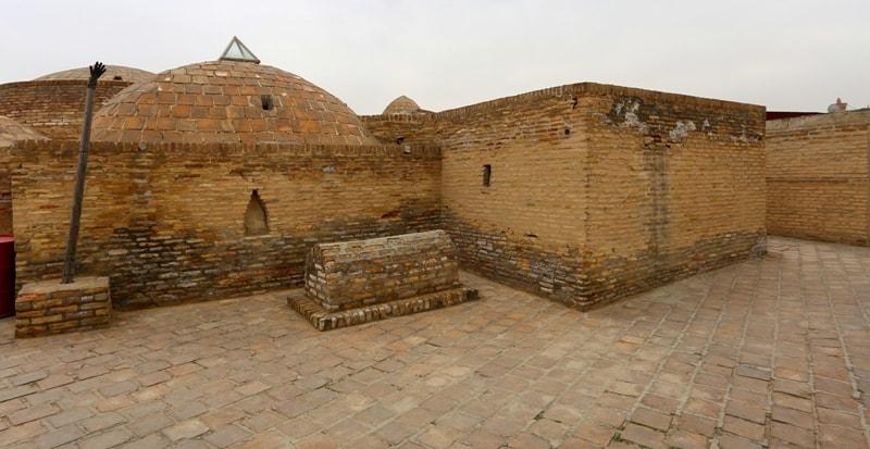 """Могила святого заключенных """"Кучкар-Ата"""" (VIII в.) в зиндане-тюрьме в Бухаре."""