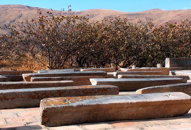 Надгробия у мавзолея Лянгар-ата.