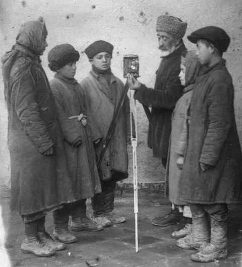 Худайберген Деванов со школьниками.