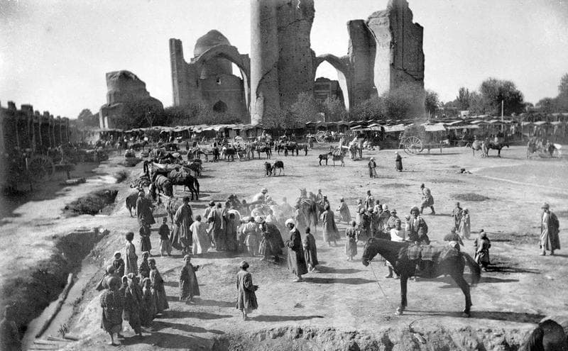 The market and mosque Bibi Khanym. Photographer Paul Nadar.