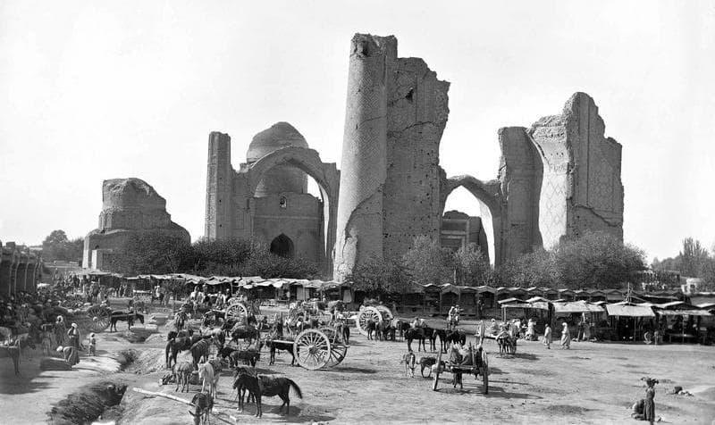 The market and mosque Bibi Khanym. Photographer Paul Nadar.