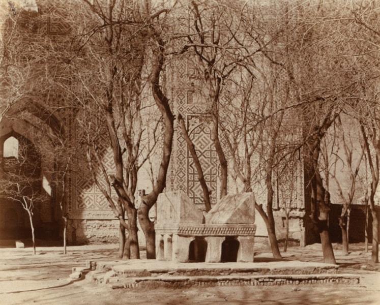 Каменная подставка для корана во дворе мечети Биби-Ханым.