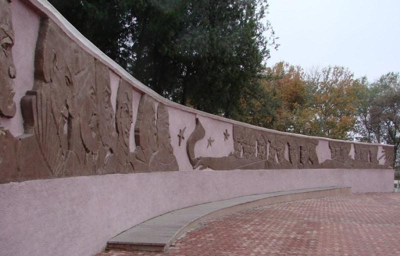 Памятник Улугбеку у обсерватории.