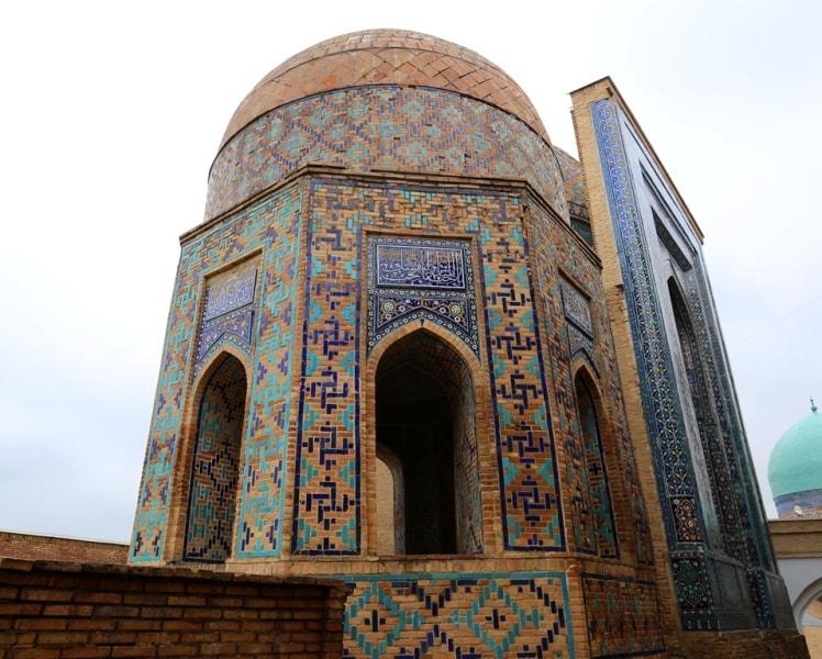 Восьмигранный мавзолей на некрополе Шахи Зинда.