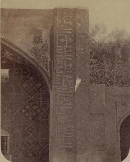 Надписи по сторонам главной ниши южного фасада.