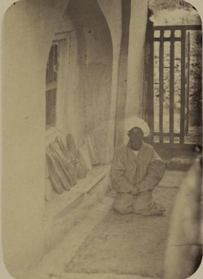 Мавзолей Ходжа Абду-Дарун. Окно из гробницы святого, выходящее в галерею под названием зиаретга.