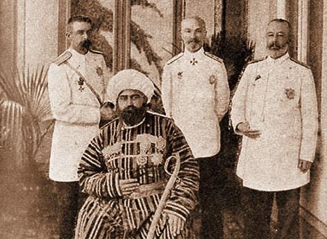 Эмир Бухары Мир-Сеид-Абдул-Ахад в окружении русских офицеров.