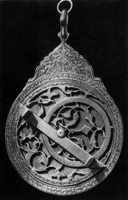 Инструментов, которыми пользовался Улугбек для наблюдений над звездами, не сохранилось. Но о том, как они выглядели, дает некоторое представление эта астролябия, сделанная в семнадцатом веке узбекским мастером.