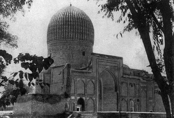 Высоко поднимает к небу свой голубой купол мавзолей Гур-Эмир.