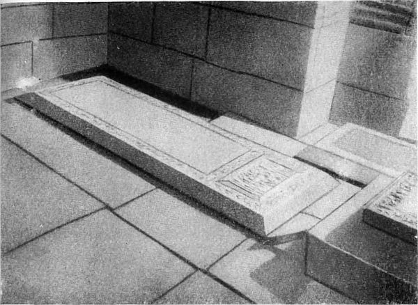 Под плитой из серого мрамора покоится прах Улугбека в мавзолее Гур-Эмир.