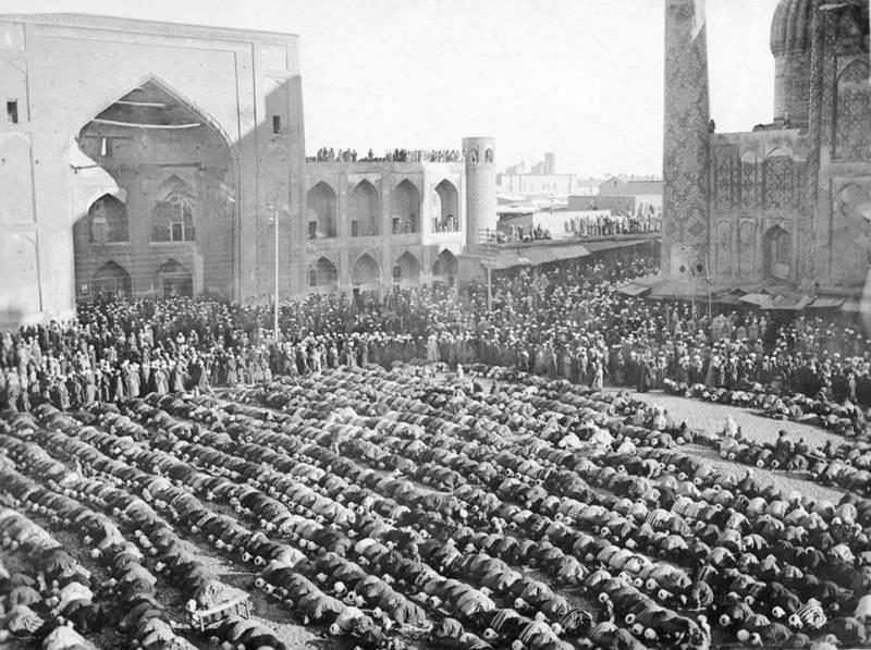 Джума-намаз (пятничная молитва) на Регистане. Самарканд. Фотография Леона Борщевского. 1876 – 1897 г.г.